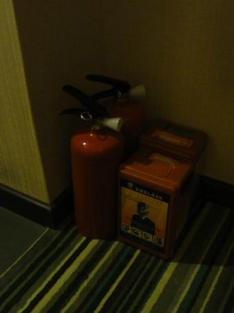 Vienna Hotel Guangzhou Shaheding Subway Station: fire extinguisher inside the room