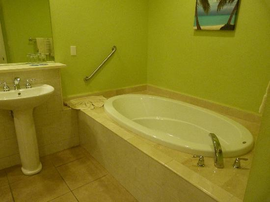 St. James's Club & Villas : Gorgeous bath, big enough for two!