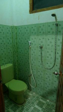 Surya Hotel: Bathroom