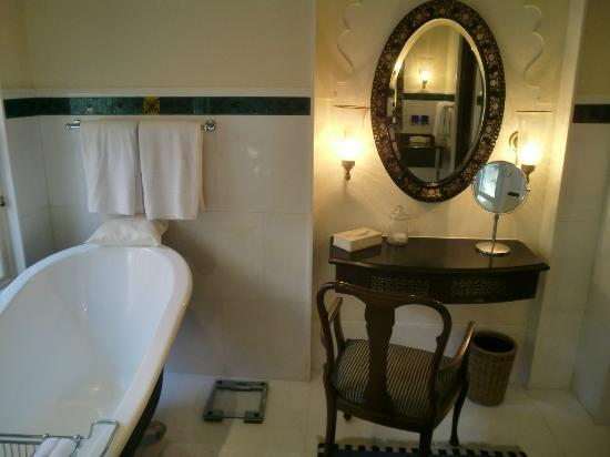The Oberoi Udaivilas: Bathroom - yes, girls love bathtubs and dressers