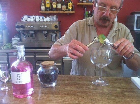 Les Escoles: Preparación de gin tonic