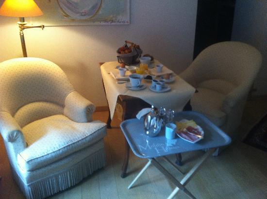 Auberge du Moulin Hideux: Petit-déjeuner servi en chambre