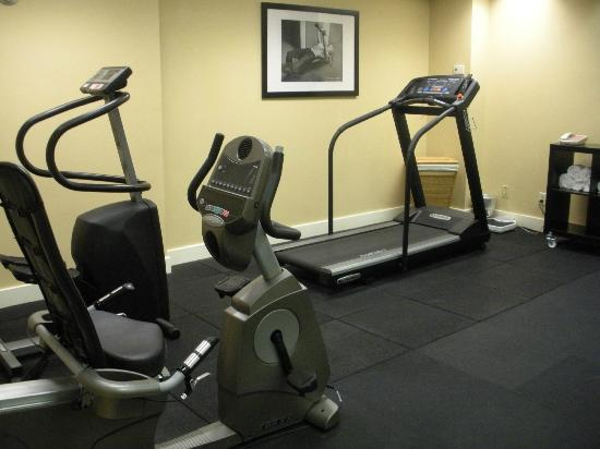 Artmore Hotel: Fitness room - very POOR equipment!