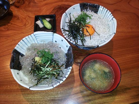 Shirasuya Honten: 左、生しらす丼。右、釜あげしらす丼
