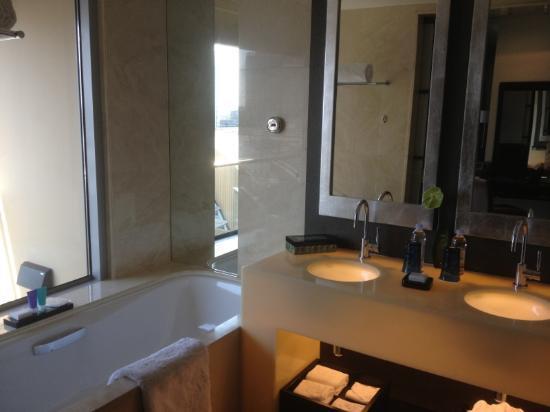 Address Dubai Mall: nice bathroom with seprate bath and shower