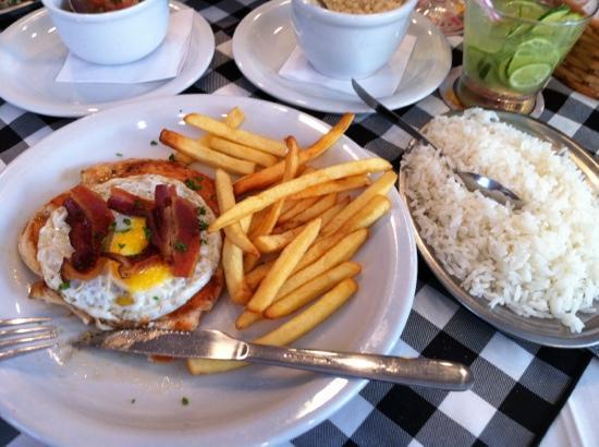 Monte Carlo: filé de frango com ovo, bacon, fritas e arroz