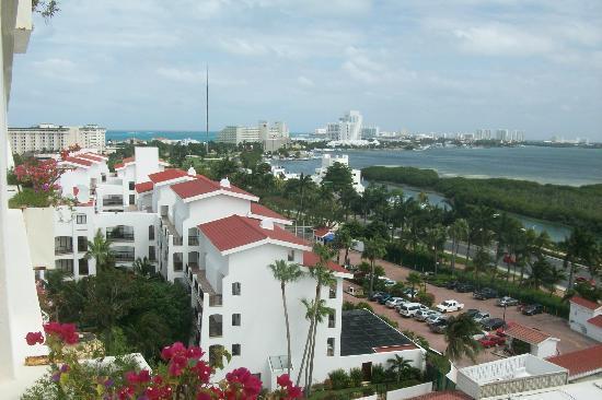 Grand Oasis Palm: Vista desde habitación en el frente del Hotel hacia laguna
