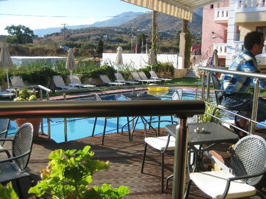Kokalas Resort Georgioupoli: The bar area & pool