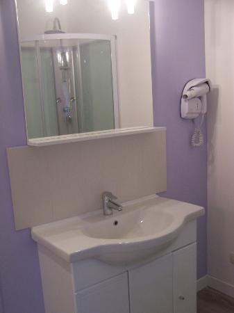 Les Fleurs Bleues: Salle de bain chambre trois personnes