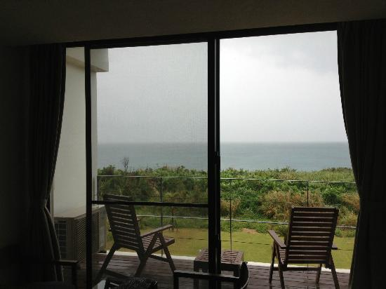 Soraniwa Hotel and Cafe: 目の前は広い庭と海。