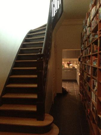 Maison de la Rose: Beautiful floor to ceiling bookcase and stairs