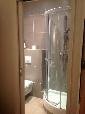 Nice Garden Hotel: shower