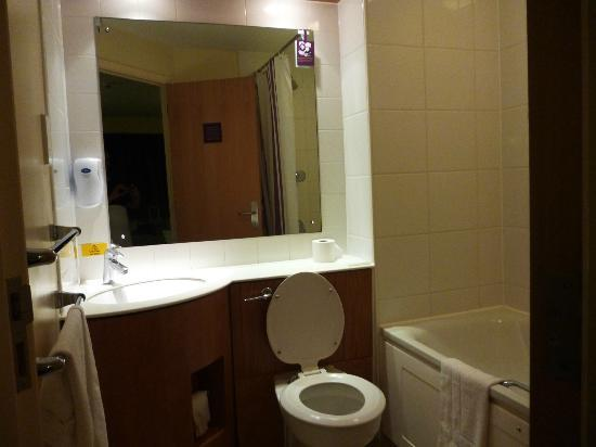 Premier Inn London Wimbledon South Hotel: BAÑO