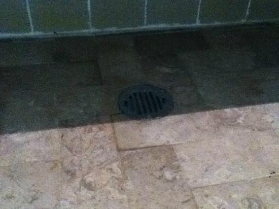 Sevilla Palace: parte baja del lavamanos por donde tiraba agua