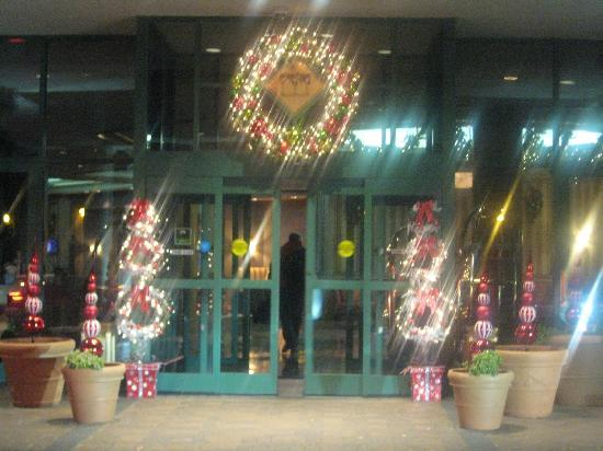 Doubletree Inn at The Colonnade : Front Entrance