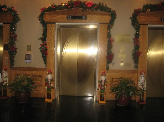 Doubletree Inn at The Colonnade: Elevator Entrances