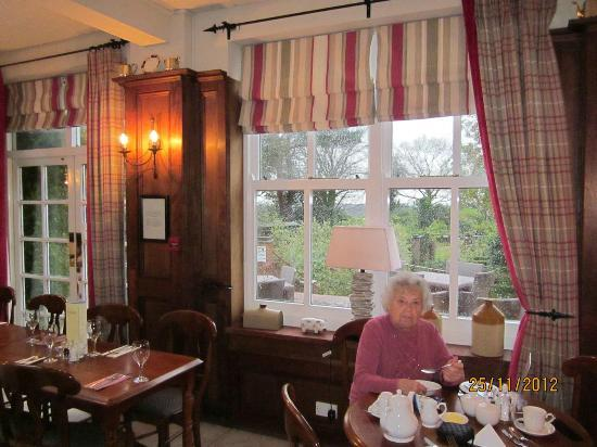 The Roman Camp Inn: Dining Room - Just see the nice garden behind