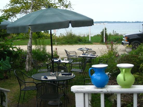 Harbor Fish Market and Grille: Outdoor seating