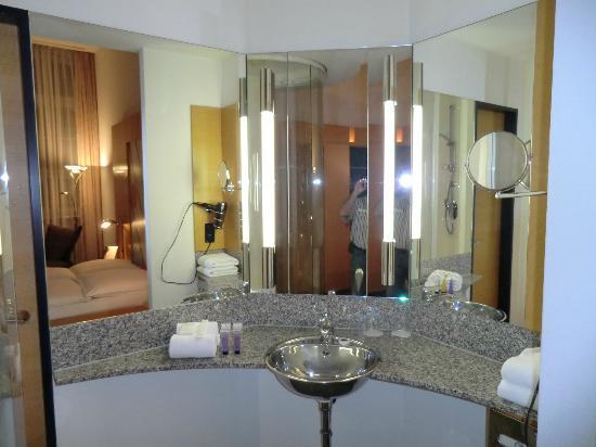 Innside Premium Hotels Berlin: Cuarto de baño completo, pero muy curioso, no hay ninguna separacion con el dormitorio,