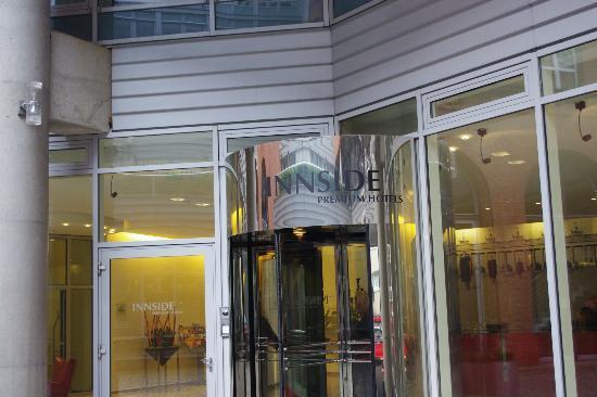 Innside Premium Hotels Berlin: Entrada del Hotel, y con personal español.