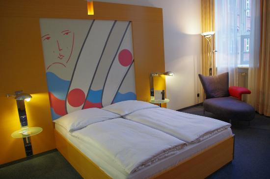 Novum Select Hotel Berlin Ostbahnhof: Habitacion espaciosa y muy silenciosa