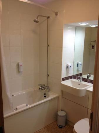 Premier Inn Huddersfield Central Hotel: bathroom