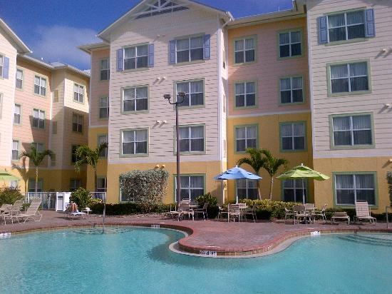 Residence Inn Cape Canaveral Cocoa Beach: Well maintained and heated pool.