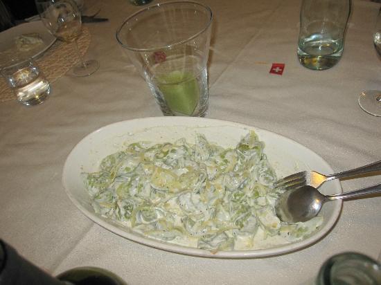 Gualdo Tadino, İtalya: tortelloni verdi alla panna e tartufo con ripieno di carne alla noce moscata (specialita')