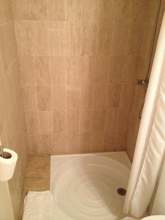 هوتل دي فرانس: Shower 
