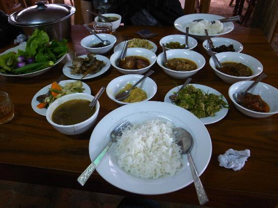 Golden Myanmar Guest House: DON'T eat these Burma food near Anada