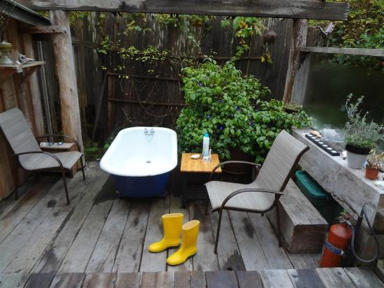 Gold Coast Retreat: funky outdoor tub