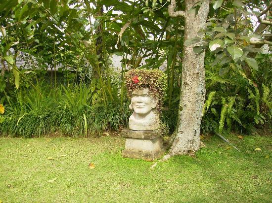 Ananda Cottages: une statue dans les jardins
