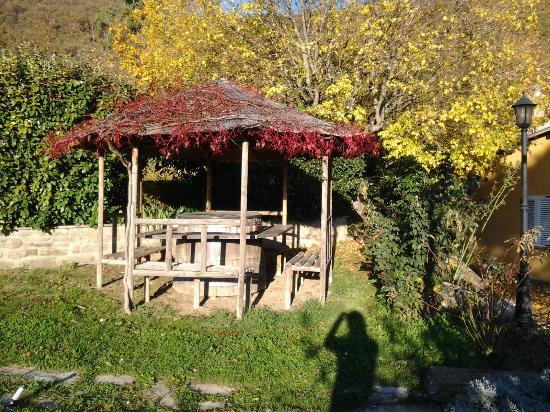 Agriturismo Oasi Battifoglia: Gazebo in giardino