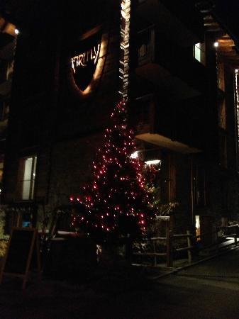 Hotel Firefly: Eingang vom Hotel am Abend