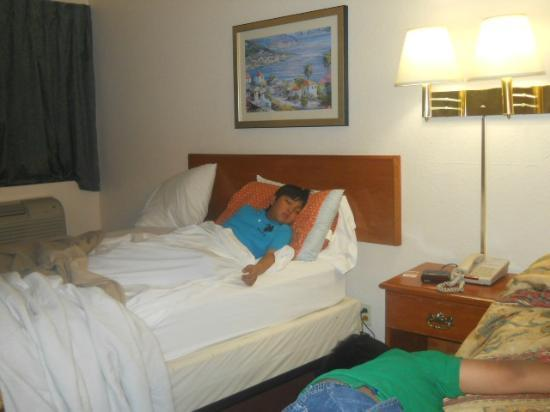 Good Nite Inn Sylmar: bed was so comfortable...clean beddings.