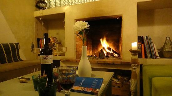 Riad Dar Mayssane : Enjoying a bottle of wine in the lounge