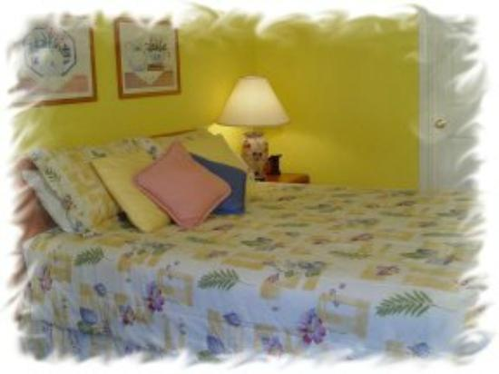 Sea Breeze Resort: Queen size bed. Accommodates two persons. Sitting area and a small refrigerator