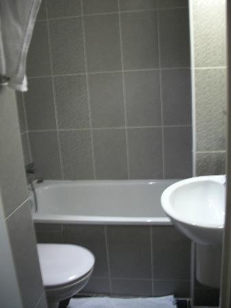 Hotel Charlemagne: Bathroom