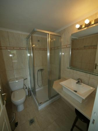 Talos Hotel Apartments: Superior bathroom