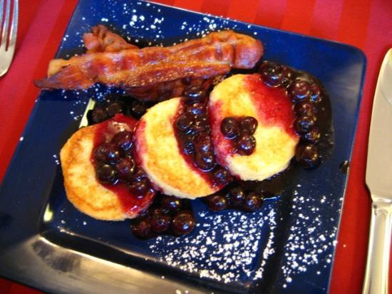 Carolina Bed & Breakfast: Breakfast - french toast with blueberries