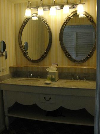 Disney's BoardWalk Inn: Vanity in bathroom