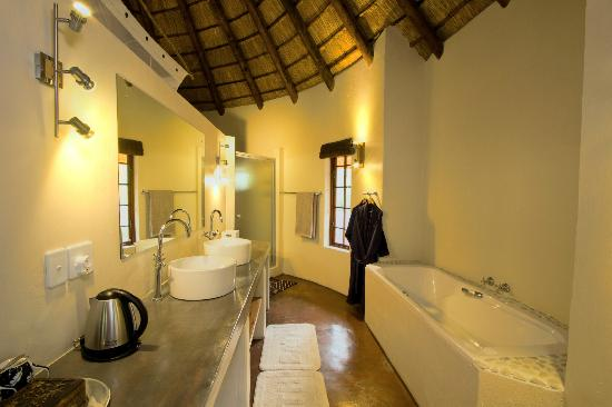 Casart Game Lodge: bathroom rondavel