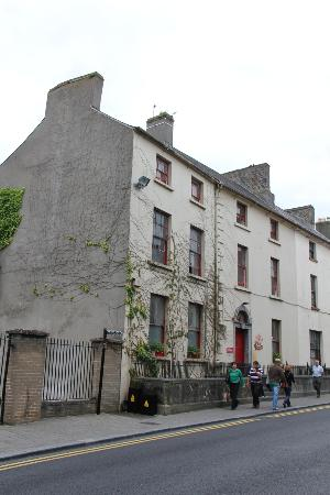 Kilkenny Tourist Hostel: View of the hostel from the street.