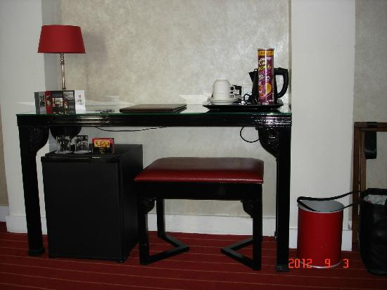 Hotel Eiffel Seine: desk area with fridge underneath
