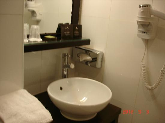Hotel Eiffel Seine: bathroom sink