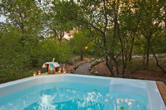 Casart Game Lodge: jacuzzi rondavel