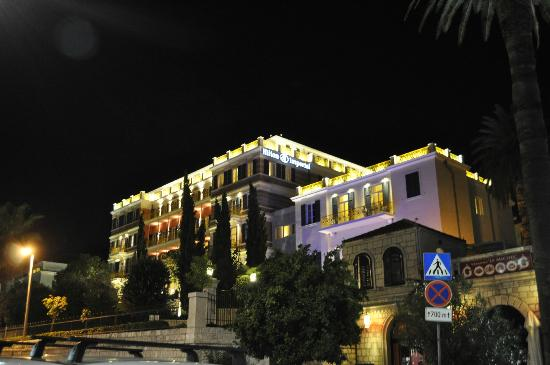 Hilton Imperial Dubrovnik: Hotel at night