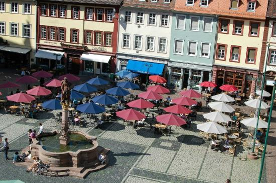 Hotel Goldener Falke: The view of the main square from our room.