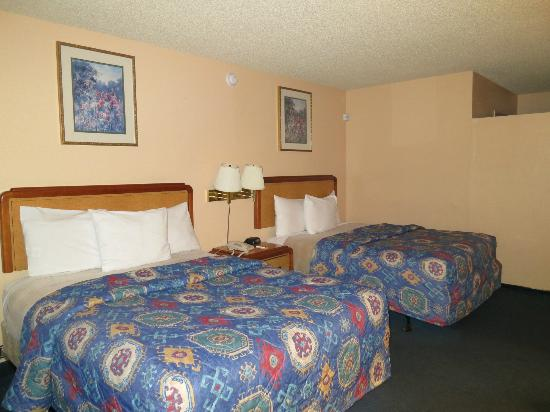 """America's Best Value Inn Bakersfield: The beds and the corner with the """"weird sound"""""""