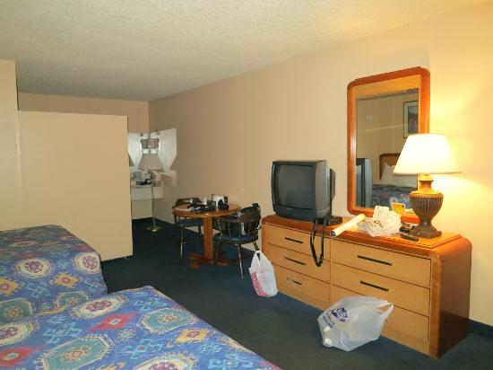 America's Best Value Inn Bakersfield: TV and dresser (bathroom around the corner)